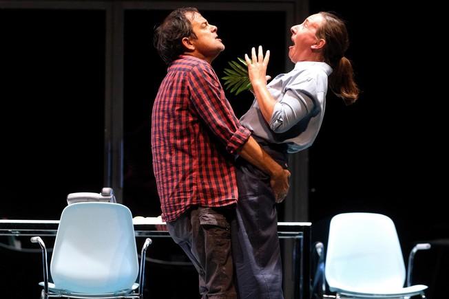 David Bagés y Mònica Glaenzel, en una escena de 'El tràmit'.