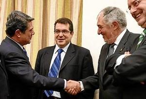 Trillo y Conde-Pumpido se saludan ante Jordi Jané (CiU), ayer.