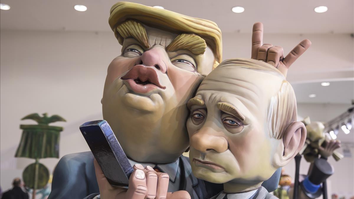 Trump le pone los cuernos a Putin mientras se hacen un selfie en la exposición del ninot de València