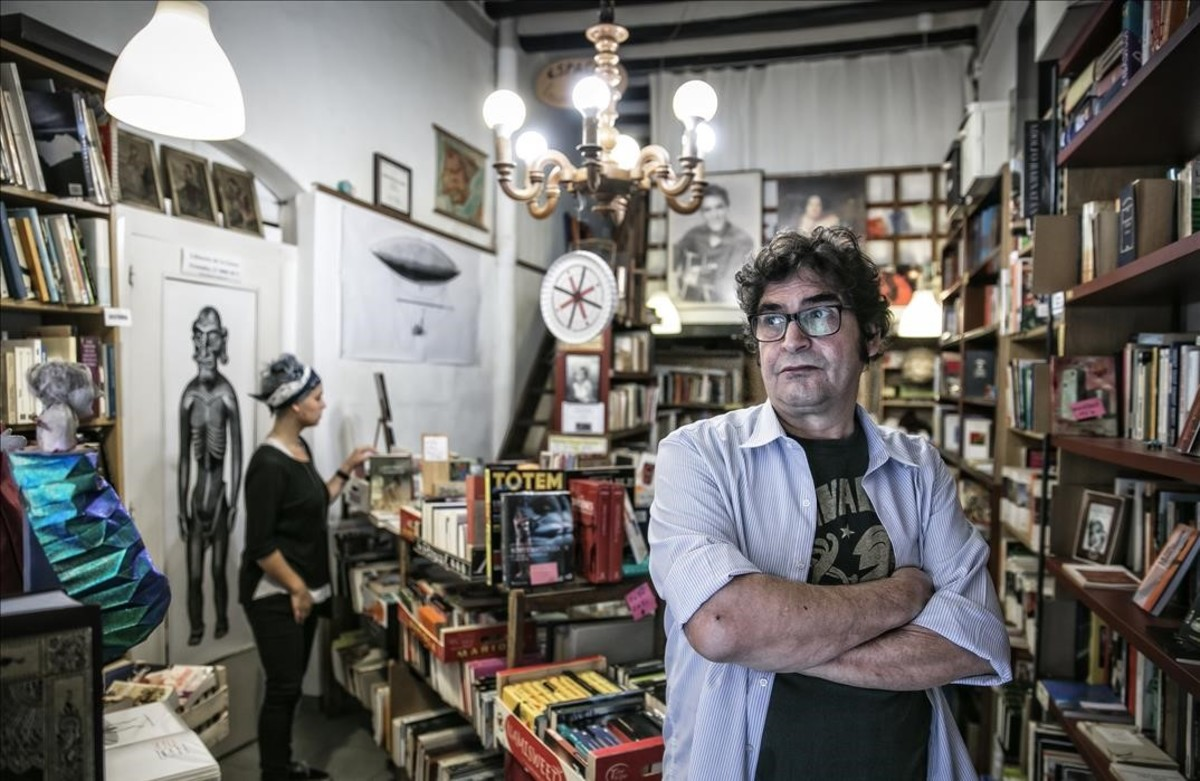 Txiqui Navarro, librero de la Lluna, en la calle Ferlandina del Raval.