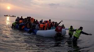 Una embarcación de migrantes llegando a la isla de Lesbos.