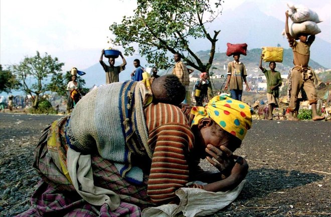 Una mujer ruandesa se derrumba ante la barbarie del entorno mientras camina con su bebé a cuestas en la carrtera que comunicaba los campo de refugiados de Kibumba y Goma. Los planes del Ejecutivo ruandés se saldaron con la eliminación de tres de cada cuatro tutsis.