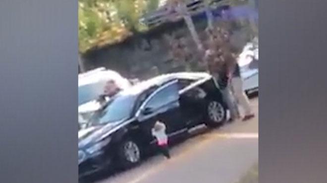 Una niña de dos años se entrega a la policía con las manos arriba en Florida.