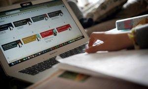 Una niña estudia en casa vía 'on line', este jueves en Madrid.