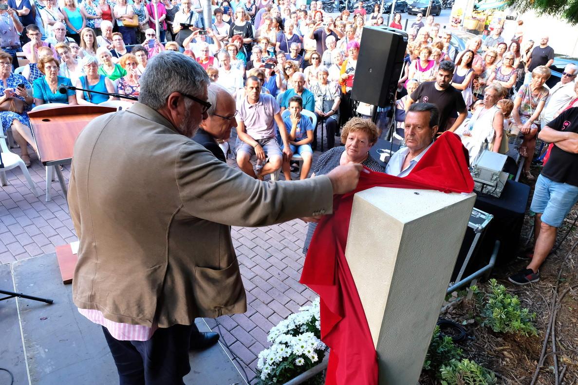 Unas doscientas personas acudieron al acto de inauguración del monolito en memoria de Cristina Bergua