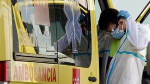 Un técnico sanitario de una ambulancia de Madrid, al término de un servicio a la puerta del Hospital 12 de Octubre.