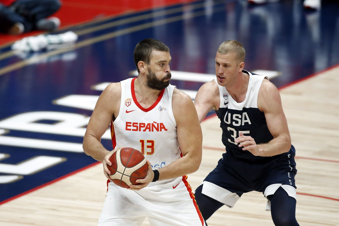 Anaheim (United States), 17/08/2019.- Spain center Marc Gasol (L) in action against USA center Mason Plumlee (R) during an FIBA exhibition basketball game between the USA and Spain at the Honda Center in Anaheim, California, USA, 16 August 2019. (Baloncesto, España, Estados Unidos) EFE/EPA/ADAM S DAVIS