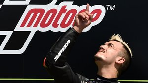 El valenciano Aron Canet da las gracias a alguien, en el cielo, desde el podio de Brno.