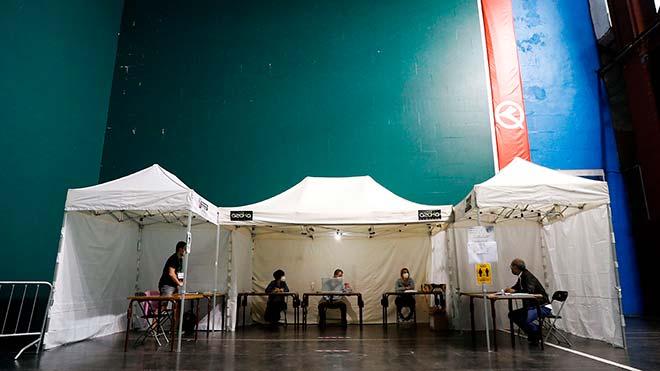 Vecinos votan en Ordizia con extremas medidas de seguridad, por el rebrote del covid-19.