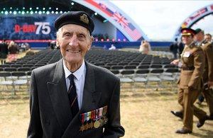 El veterano del Ejército británico Jim Booth posa para los fotógrafos frente al escenario que acogerá los actos de conmemoración del desembarco de Normandía en Portsmouth, este miércoles.
