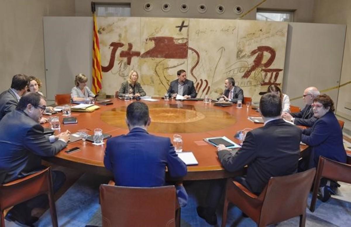 El vicepresidente Oriol Junqueras preside la reunión del Govern en ausencia del presidentCarles Puigdemont.