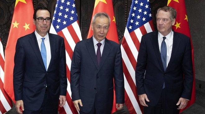 El viceprimer ministro chino Liu He, en el centro, con dos representantes de EEUU, en Shanghai.