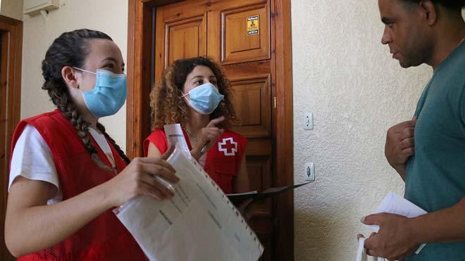 Voluntarias de la Creu Roja en el Alt Penedès reparten material escolar a familias necesitadas.
