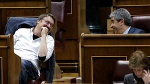 Xavier Domènech y Francesc Homs conversan en el hemiciclo del Congreso durante una sesión de la XI legislatura.