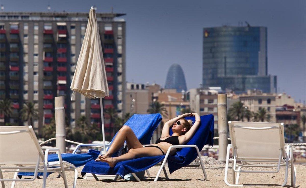 Una joven toma el sol en Barcelona.