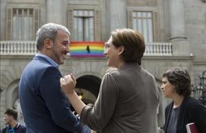 Colau y Collboni, en junio del 2016, con el pacto de gobierno recién estrenado, en un acto en la plaza de Sant Jaume.