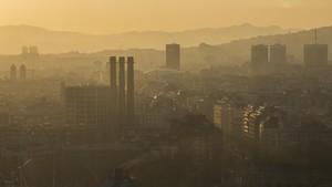 Aspecto del cielo sobre Barcelona en un episodio intenso de contaminación de la pasada primavera.