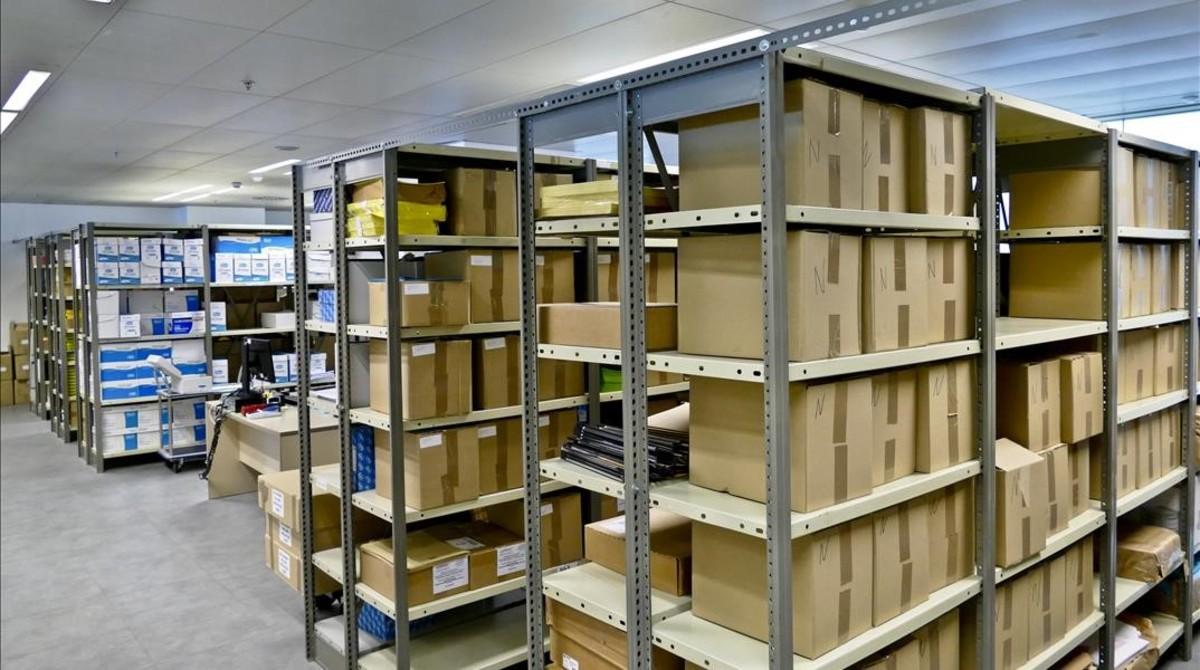 Almacén de material de oficina en un edificio de la Conselleria de Empresa en la zona del Fòrum de Barcelona.