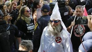 Miembros del Ku Klux Klan, escoltados por la policía, en Charlottesville.