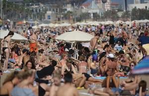 Viernes, 13 de octubre. Máxima de 24 grados en Barcelona y las playas, llenas como en agosto.
