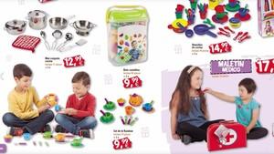 Una niña con Down ausculta a una amiga en el catálogo de la empresa juguetera.