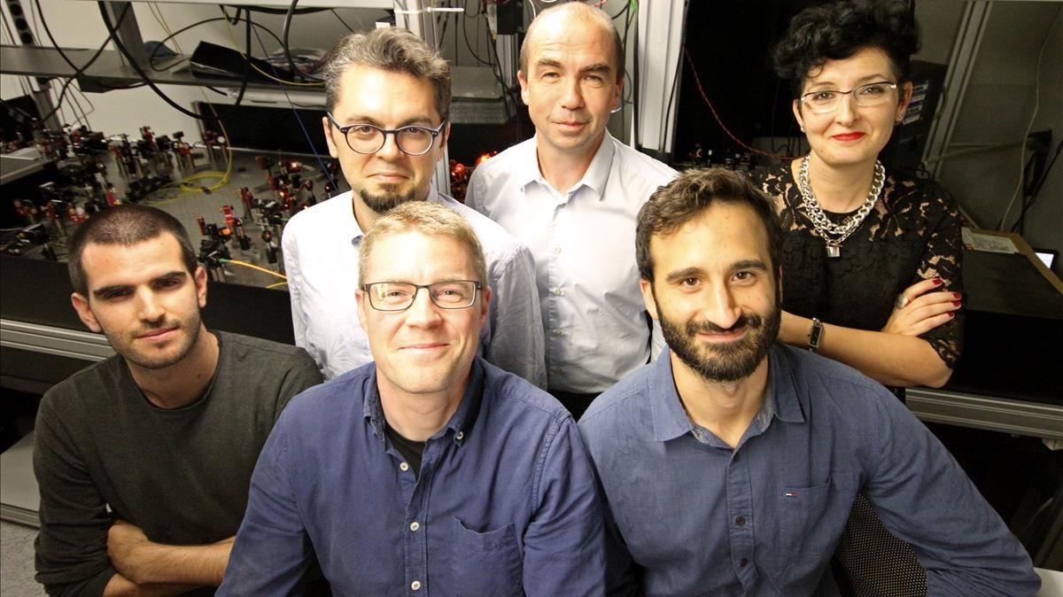 El equipo del Institut de Ciencies Fotoniques que ha construido un sistema de red de computacion cuantica.De izquierda a derecha: Pau Farrera, Kutlu Kutluer (detras), Georg Heinze (delante), Hugues de Riedmatten, Nicolas Maring y Margheria Mazzera.