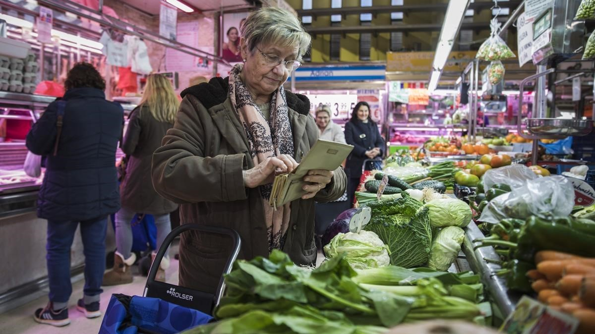 Mari Carmen Pascual, jubilada, haciendo la compra en València.