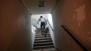 Una persona no identificada sube la escalera de la finca que alberga dos narcopisos, el pasado lunes.