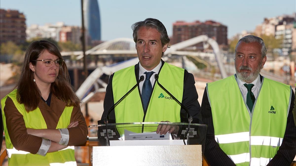 Sanz, el ministro De la Serna y el secretario de Estado de Infraestructuras, Gómez-Pomar, en la Sagrera, en una visita en abril pasado.