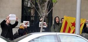 Miembros de los CDRs apoyan a Tamara Carrasco a las puertas de la Audiencia Nacional.