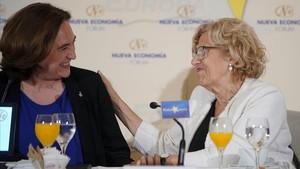 Ada Colau y Manuela Carmena en el desayuno informativocelebrado este miércoles en Madrid.