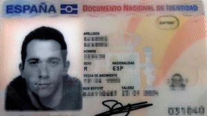 El DNI de Sergio Álvarez, fotografiado con un palillo en la boca.