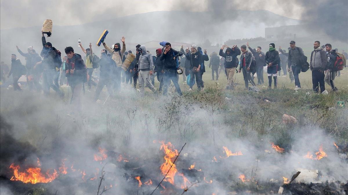 Policía se enfrenta a refugiados y migrantes — Grecia