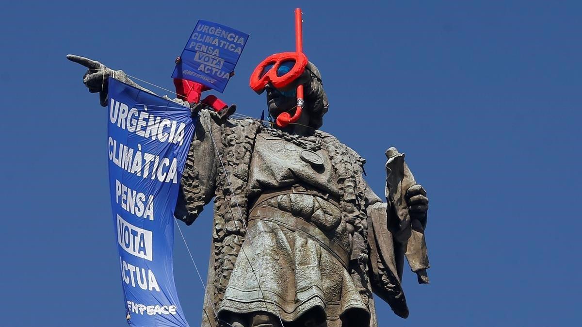 Acción de Greenpeace en la estatua de Colón de Barcelona.