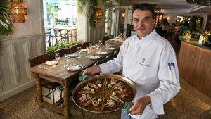 El chef del restaurante Bivio,Jose Manuel Castro,muestra un arroz con pulpitos,navajas y allioli.