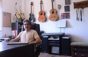Toni Carpio, autor deProverb.me, en su espacio de trabajo intelectual, en su casa en Jarafuel (Valencia).