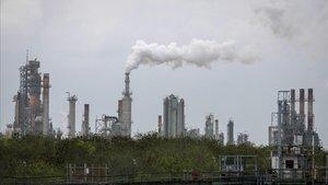 Imagen de archivo de una refinería de petróleo en Corpus Christi, en Texas.