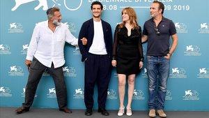 El productor Luca Barbareschi y los actores Louis Garrel, Emmanuelle Seigner yJean Dujardin, en la presentación de 'El oficial y el espía', en venecia, este viernes.
