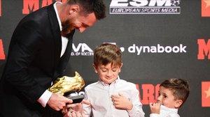 Leo Messi recibe su sexta Bota de Oro de manos de sus hijos Thiago y Mateo.