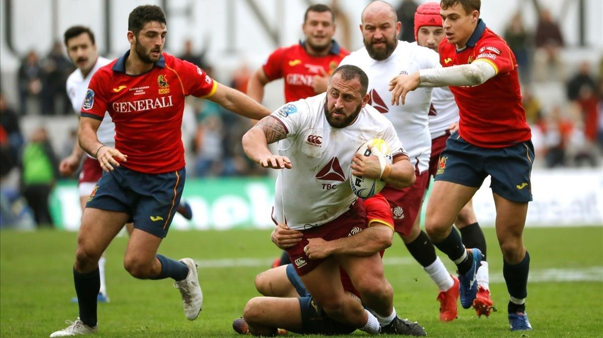 El georgiano Gigashvili avanza con el balón ante el español Alonso.