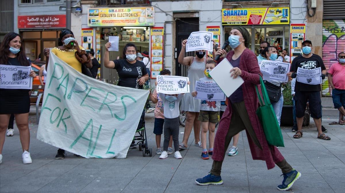 Manifestación frente a los servicios socialesdel Raval, el 26 de mayo.