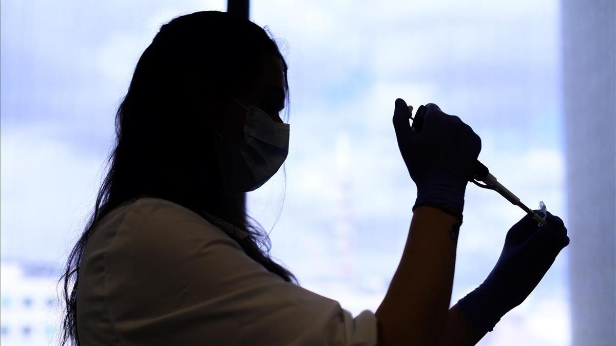 Una investigadora del grupo internacional Eurofins trabaja en una prueba diagnóstica para detectar el covid-19.