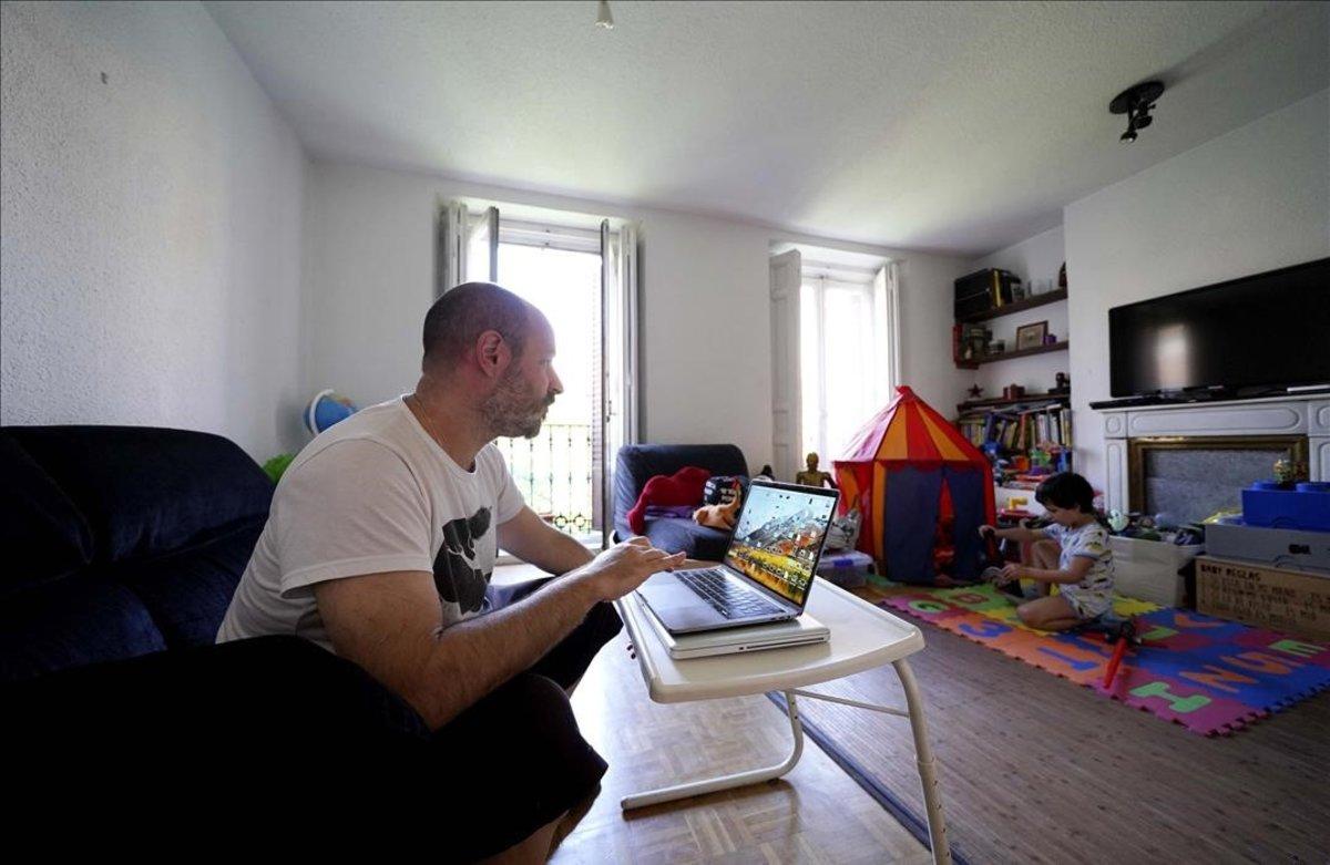 En la imagen Samuel teletrabaja desde su casa desde el inicio del estado de alarma por la Covid-19, en la imagen junto a su hijo Oli .