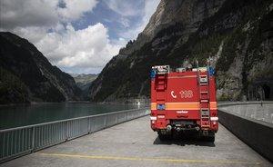 Carretera bloqueada por los servicios de emergencia en Vattis (Suiza).