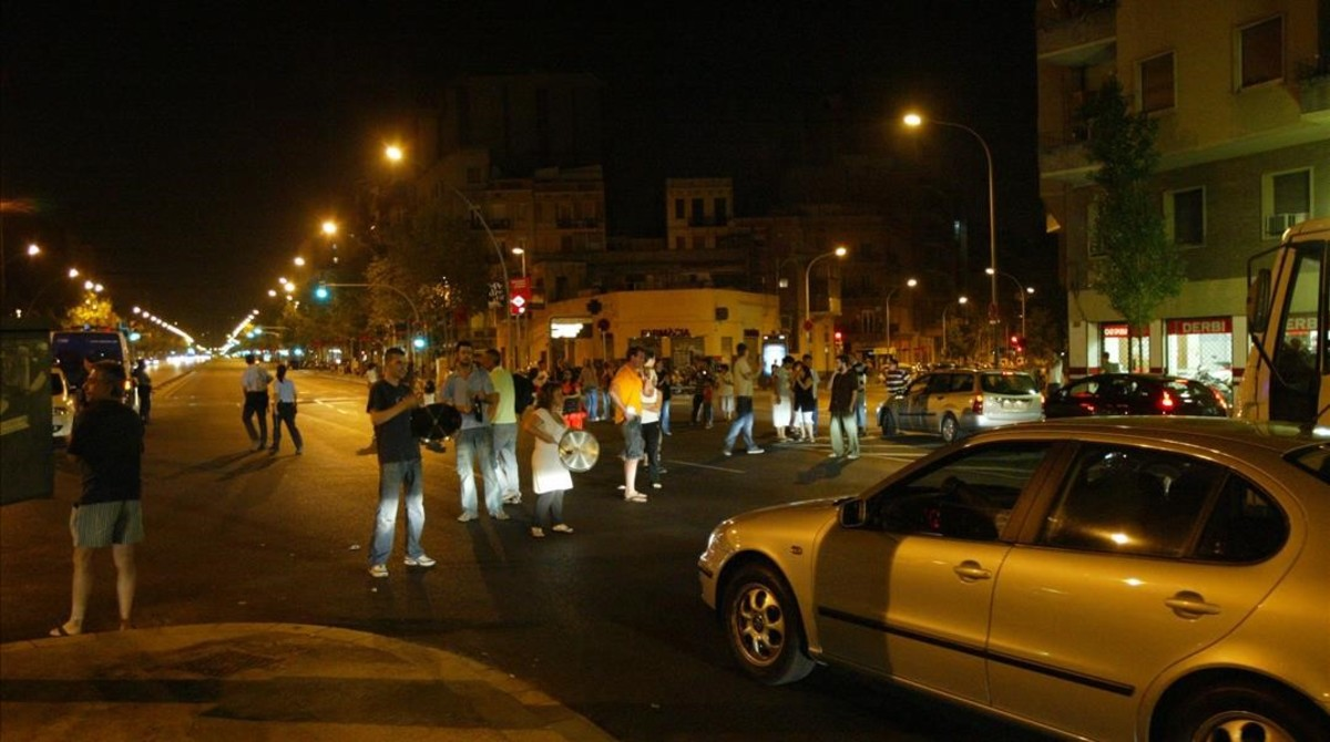 Vecinos de Sant Martí cortaron el tráfico en la calle de València en la tercera noche que pasabansin luz, el 25 de julio del 2007.