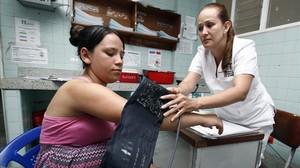 Una mujer con síntomas de zika es analizada en un hospital de Cucuta (Colombia).