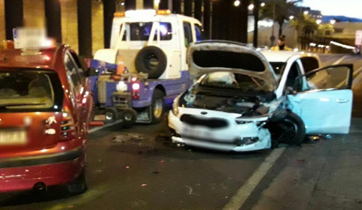 Imagen del accidente provocado en la ronda de Dalt por un conductor borracho y drogado que iba en contradirección.