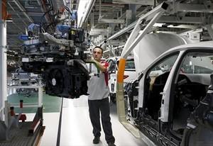En cadena 8 Un trabajador de la fábrica de Seat de Martorell.