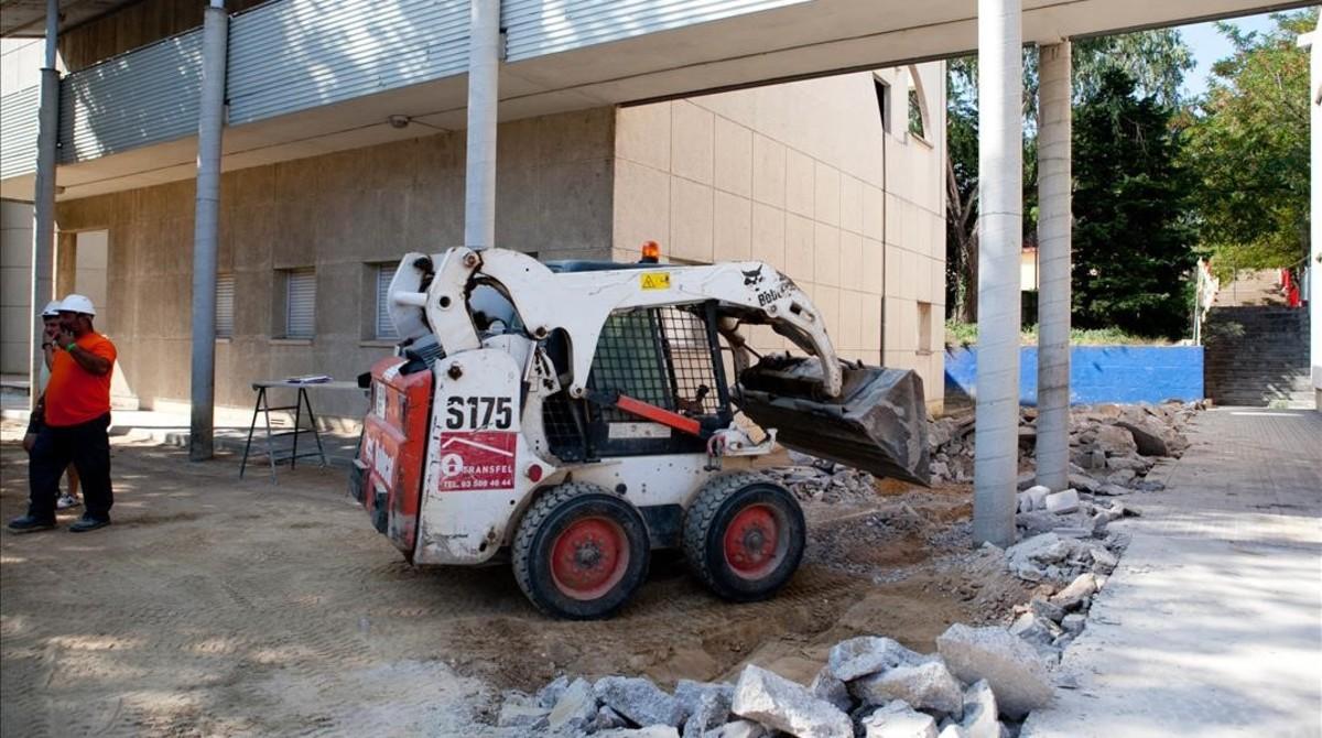 Obras de retirada de amianto en la escuela Xarau de Cerdanyola.