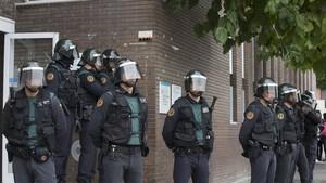 Un grupo de guardias civiles custodian la puerta de un CAP de Sant Andreu de la Barca que fue un punto de votación del referéndum del 1-O.
